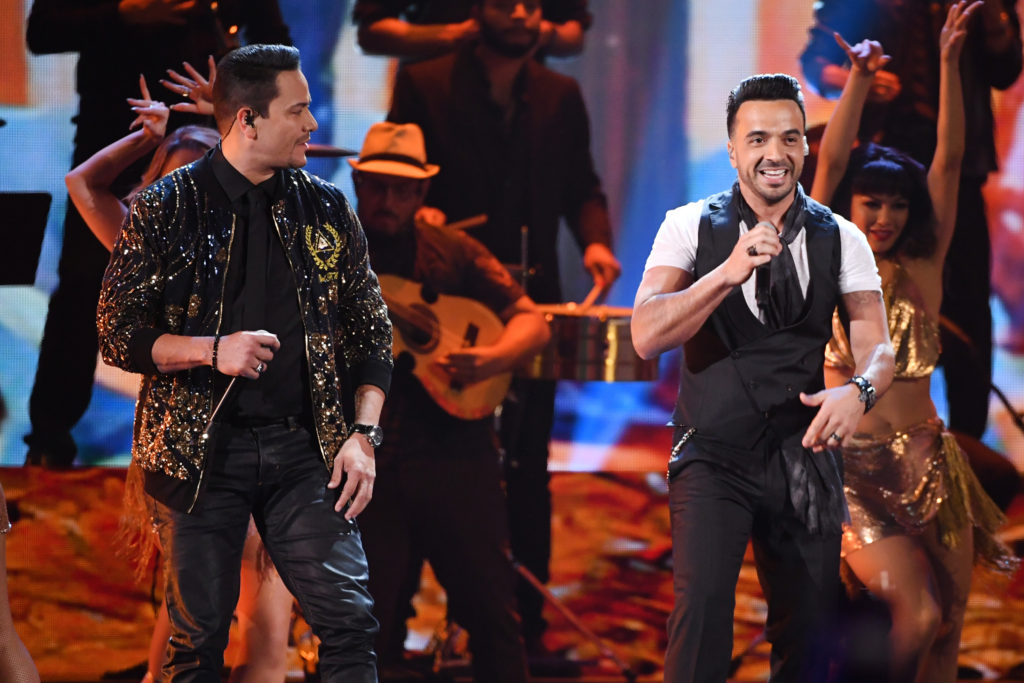 LAS VEGAS, NV - NOVEMBER 16: Victor Manuelle (L) and Luis Fonsi perform onstage at the 18th Annual Latin Grammy Awards at MGM Grand Garden Arena on November 16, 2017 in Las Vegas, Nevada. (Photo by Kevin Winter/Getty Images)